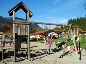 Der Spielplatz mit dem Café SuSal im Hintergrund