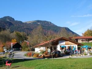 Das herbstliche Café Susal, im Hintergrund der Spitzstein